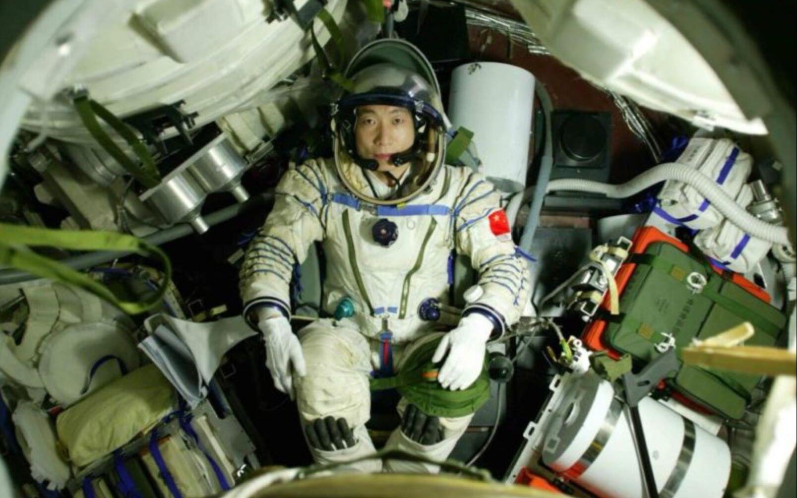 (Astronaut Yang Liwei u letjelici Shenzhou 5 tijekom misije koju je prekinulo neobično kucanje. Izvor: China.org.cn)