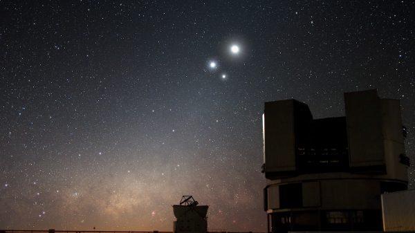 Slika neba iznad VLT u Chile-u. Wikimedia Commons.