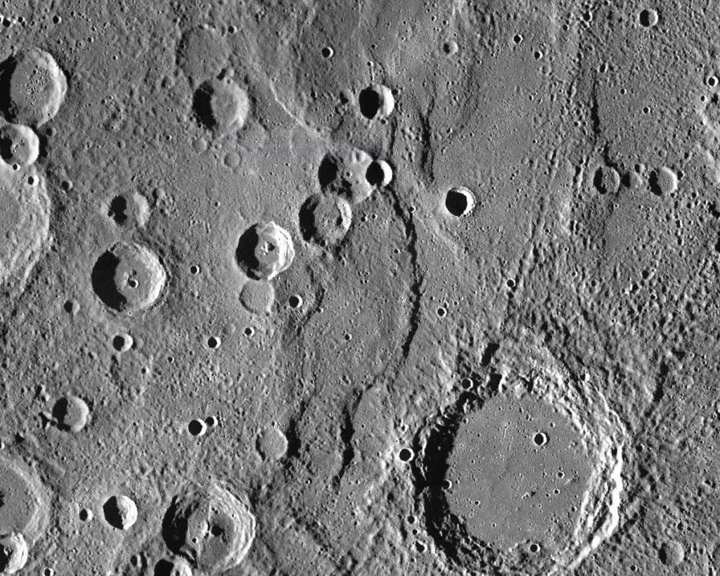 Endeavour Rupes, sjenoviti odron usred 400 km širokog pregleda dijela Merkura. Izvor: NASA / JHUAPL / CIW.