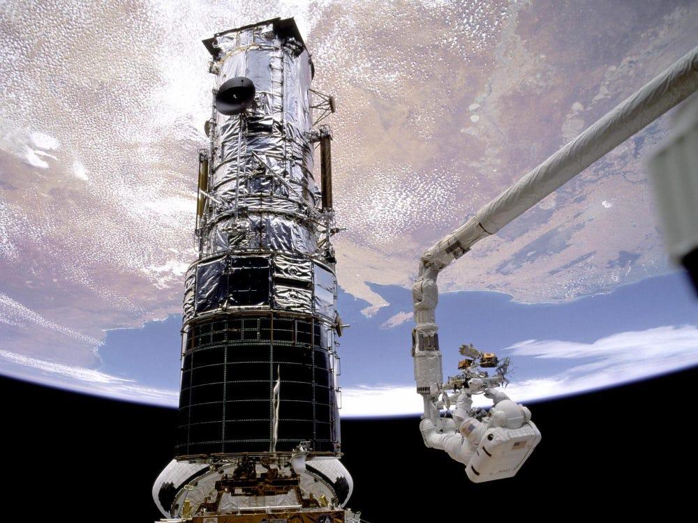 Astronaut u šetnji svemirom popravlja zapovjednu jedinicu svemirskog teleskopa Hubble. Izvor: nasa.gov