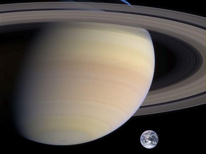 Saturn i Zemlja. Izvor: universetoday.com.